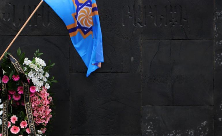 (Eastern Armenian) Արևմտյան Հայաստանի դրոշը Ցեղասպանության Զոհերի Հուշահամալիրում – 24.04.2015