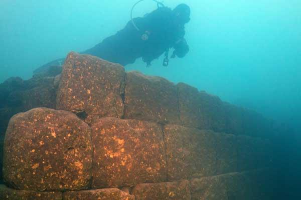 Van Gölü'nün derinliklerinde 3 bin yıllık kale kalıntısı bulundu
