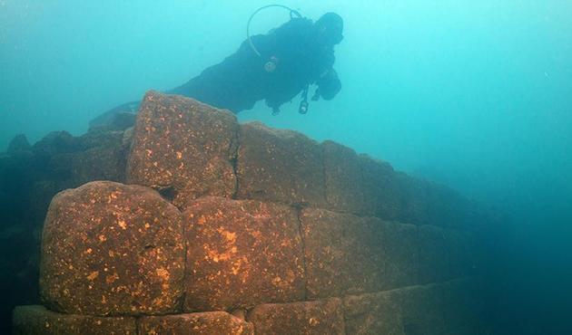 Վանա Լիճի մէջ հայտնաբերած են 3000- ամեայ ամրոցի աւերակները