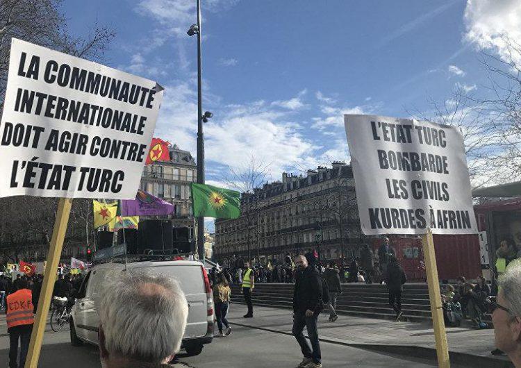 """Աֆրին — Փարիզի փողոցներուն վրայ Քրդերը կը դատապարտեն լռութիւնը՝ որ հոմանիշ է """"մեղսակցութեան"""""""