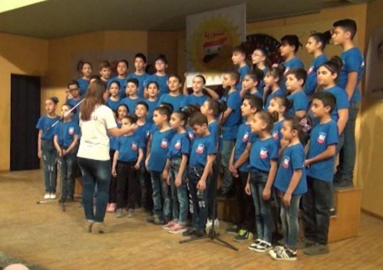 Ermenistan Baş Asamblesinin çocuk korosu Suriye'nin Kamışlı şehrinde bir konser verdi