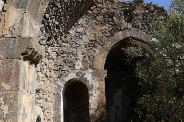 Старая армянская церковь в Дерсиме на грани обрушения