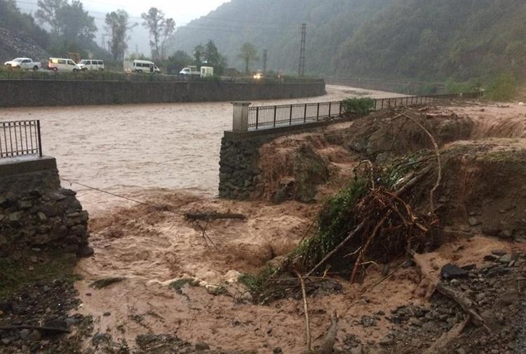 Сильные дожди в Трабзоне вызвали наводнения, a в Ризе смерч на воде.