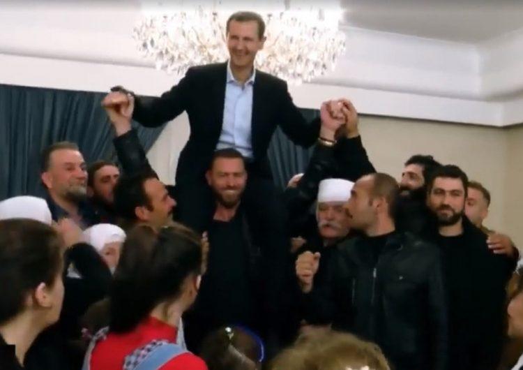 Благодарные за освобождение от ИГ сирийцы посадили Асада себе на плечи