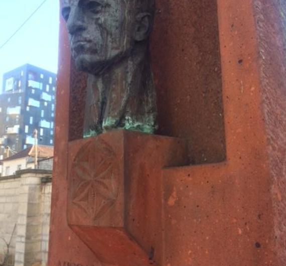 Արեւմտեան Հայաստանի նախագահը, կառավարութեան անդամներն ու պատգամաւորները իրենց յարգանքի տուրքը մատուցեր են Միսաք Մանուշեանին' անոր մահապատիժի 75-րդ տարելիցին