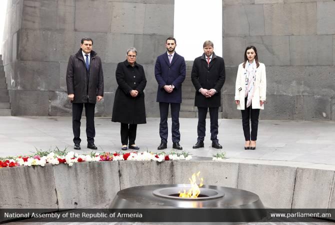 ԵԽԽՎ-ի նախագահը յարգանքի տուրք մատուցեր է Հայերու դէմ կատարուած ցեղասպանութեան զոհերու յիշատակին