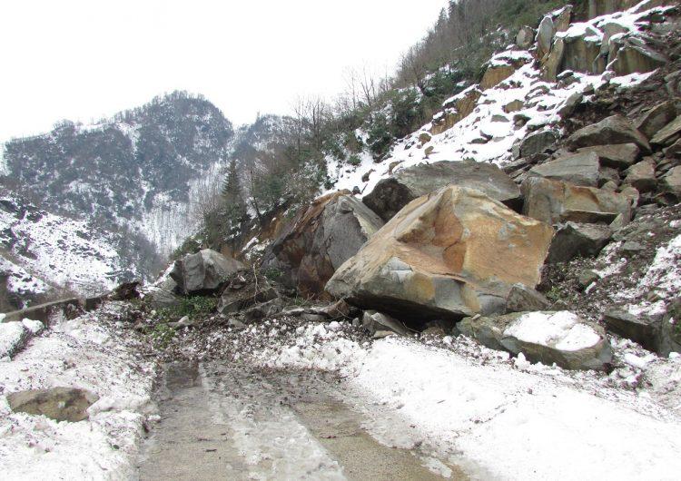 Düşen kayalar Batı Ermenistan'ın Batman şehrinin kuzey bölgeleri için gerçek bir felaket oldu