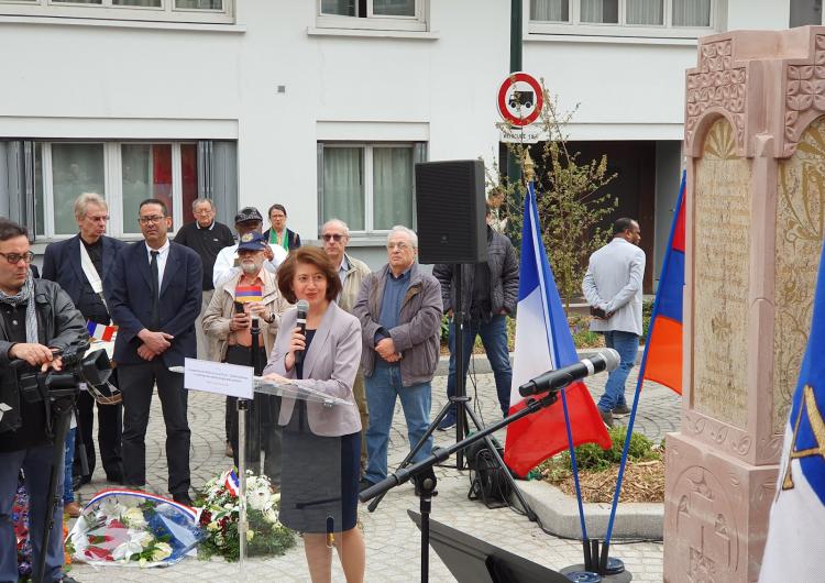Ermenilere karşı uygulanan soykırım kurbanları anısına adanmış Aznavur adlı meydan Fransa'nın Klişi şehrinde açıldı