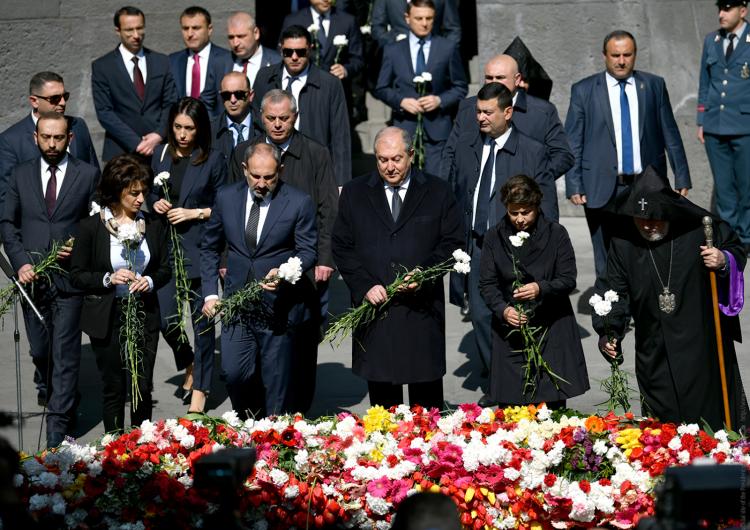 Ermenistan Cumhuriyeti Cumhurbaşkanı ve Başbakanı Tsitsernakabert adlı Ermenilere karşı uygulanan soykırım anıtını ziyaret etti
