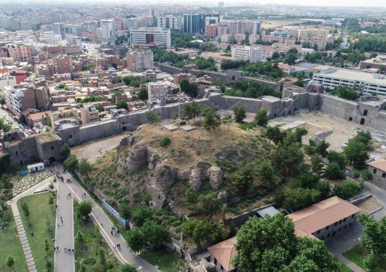 """Batı Ermenistan'ın """"Tigranakert'in Kalbi"""" olarak nitelendirilen tarihi Sur ilçesinde arkeolojik kazılar"""