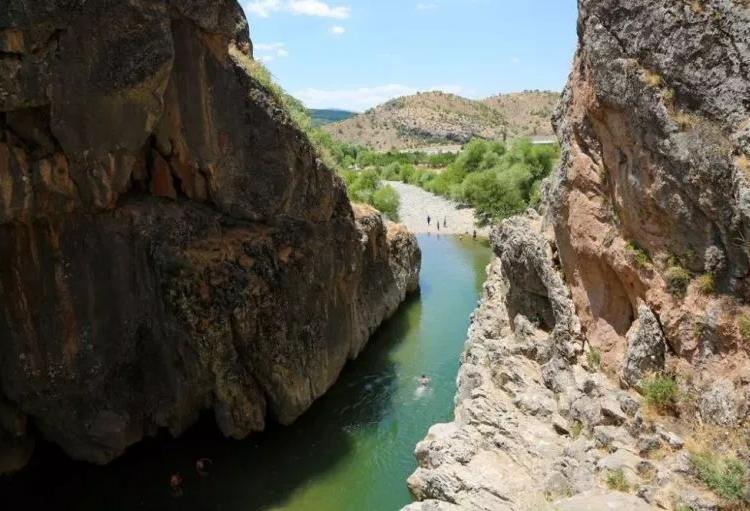 Batı Ermenistan'ın Tigranakert şehrindeki Bırkleyn Mağaraları, gizemli tarihi ile ziyaretçileri büyülüyor