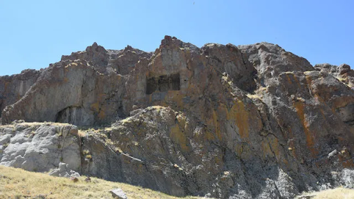 Batı Ermenistan'ın Sebastya şehrindeki antik kaya mezarı