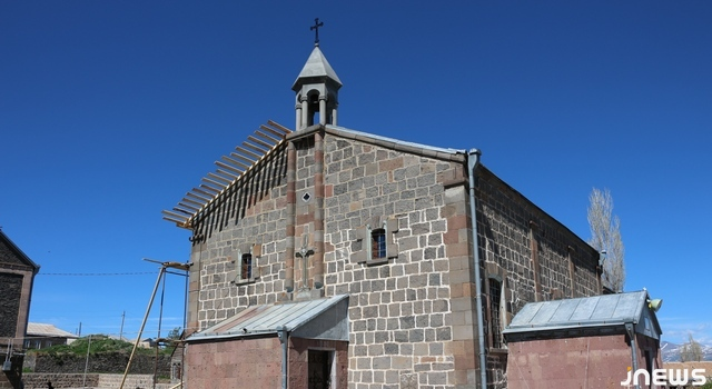 Տուրցխ գիւղի եկեղեցին սառնամանիքն ու ձիւնը կը դիմաւորէ բաց տանիքով