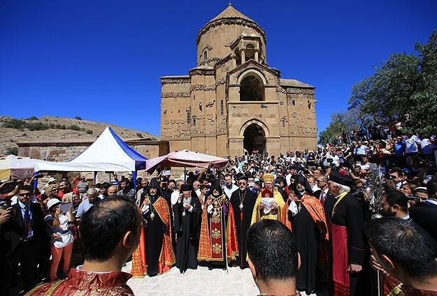 Վանի Աղթամար կղզիի Սբ. Խաչ եկեղեցիին մէջ պատարագ մատուցուեր է