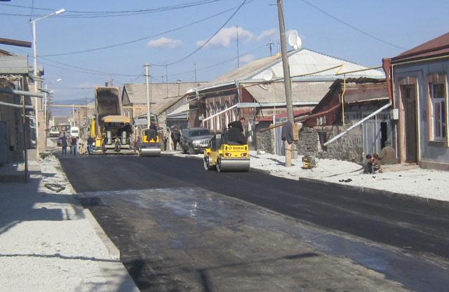 На центральной трассе в Ахалкалаки уже прокладывают асфальт