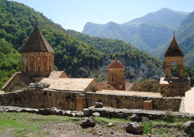 В монастырском комплексе Дадиванк ведется строительство оппорной стены