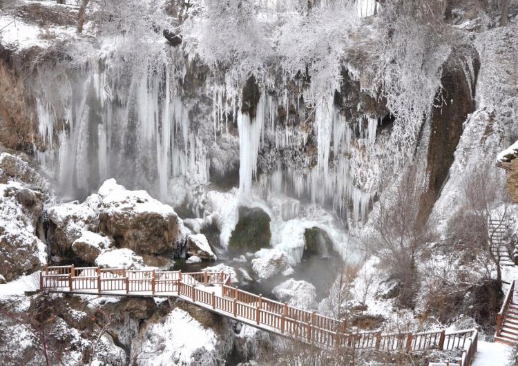 Şiddetli soğuk nedeniyle Batı Ermenistan'ın Sebastya-Sivas'daki şelaleler  buz tuttu