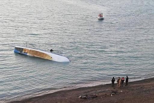 Batı Ermenistan'ın Van Gölü'nde  göçmenleri taşıyan gemi battı