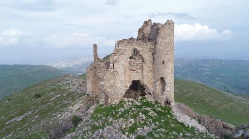 Batı Ermenistan'ın bin yıllık Mar Ahron manastırı manzarasıyla dikkat çekiyor