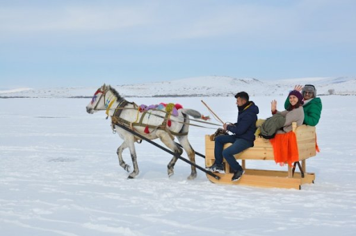 Ձիասահնակները կը շրջին Կարսի սառցակալած Չըլդըր լիճին վրայ