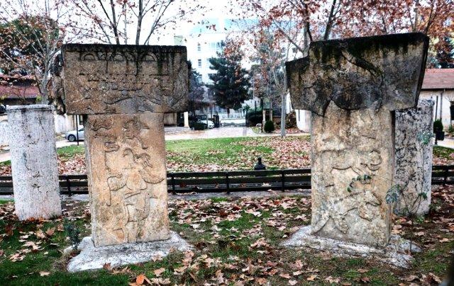 Պորտասարի պատմական խորհրդանիշներուն կրկնօրինակները տեղադրուեր են քաղաքային այգիներուն մէջ