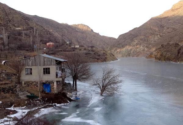 Հայկական լեռնաշխարհի ամենաարագահոս Ճորոխ գետը սառցակալեր է