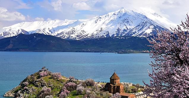 Batı Ermenistan'ın Van'daki Ahtamar yarımadası'nda badem çiçekleri festivali düzenlenecek