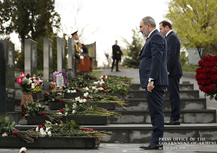 Премьер-министр РА Никол Пашинян и министр обороны Давид Тоноян почтили память жертв апрельской войны