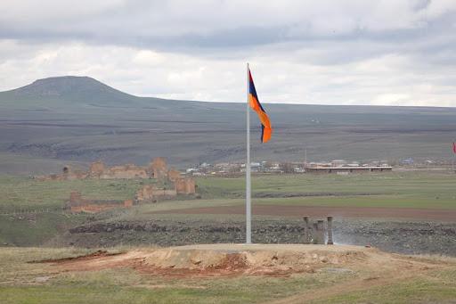 Bundan böyle, üç renkli Ermenistan Cumhuriyeti bayrağı 21 metre yükseklikten tarihi Ani'nin önünde yükselecek