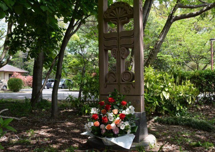 Յարգանքի տուրք Ճապոնի մէջ' Հայերու դէմ կատարուած ցեղասպանութեան յուշարձան-խաչքարին մօտ