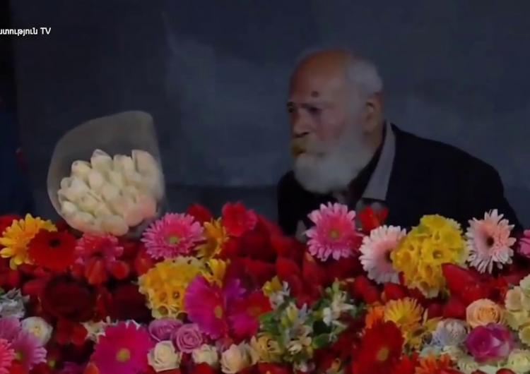 82 yaşındaki Artuş Mirzoyan sonunda soykırım anıtı Tsitsernakaberd tepesine çıkarak çiçekler bıraktı