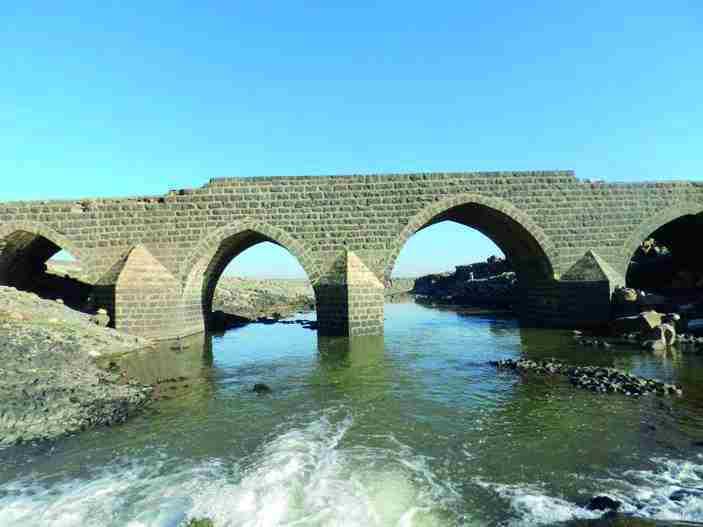 Batı Ermenistan'ın Tigranakert'teki Tarihi Dilaver Köprüsü onarılmayı bekliyor