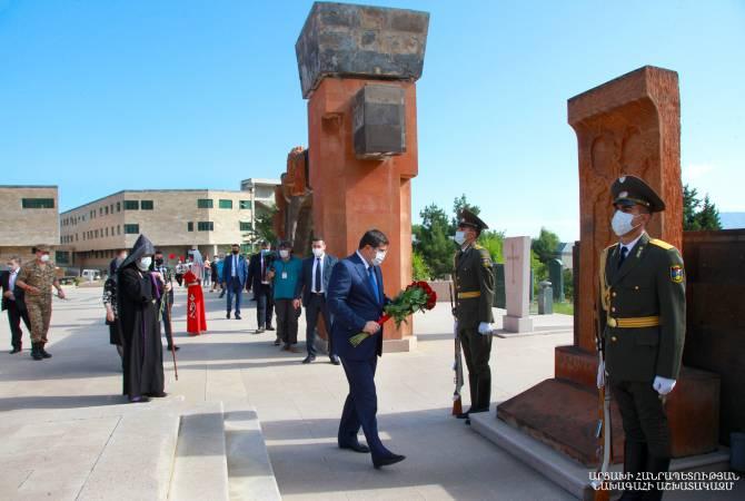 Artsakh Devlet Başkanı Arayik Harutyunyan meçhul özgürlük savaşçıları anıtına çiçek bıraktı