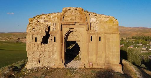 Batı Ermenistan'ın Van şehrinde 1700 yıldır ayakta kalan Surp Bartholomeus Kilisesi ziyerete açıldı