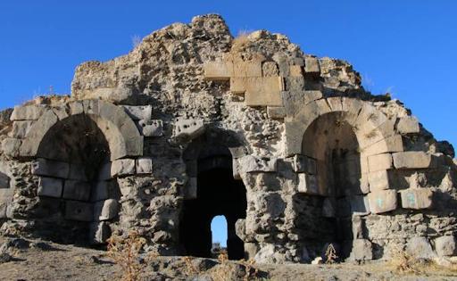 """Batı Ermenistan'daki Van Gölü'nün su seviyesindeki düşüş nedeniyle Arceş'deki Ermeni """"batık kilisesi"""" ortaya çıktı"""