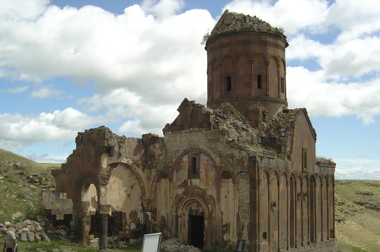 Турецкий фотограф приглашает всех в старую столицу Армении Ани