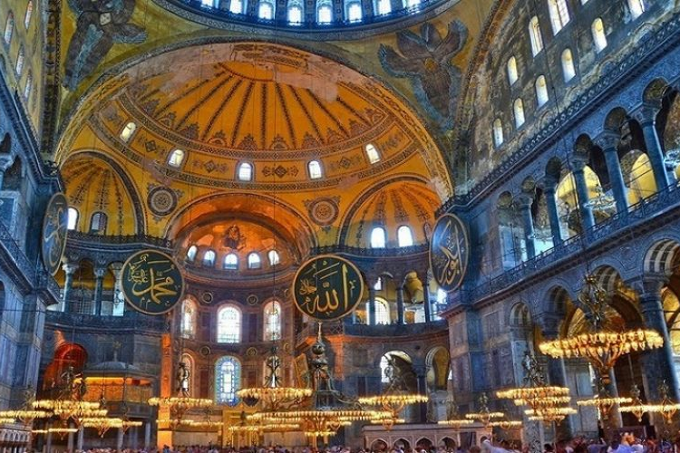 Ayasofya Katedrali'ni camiye dönüştürme kararı ertelendi