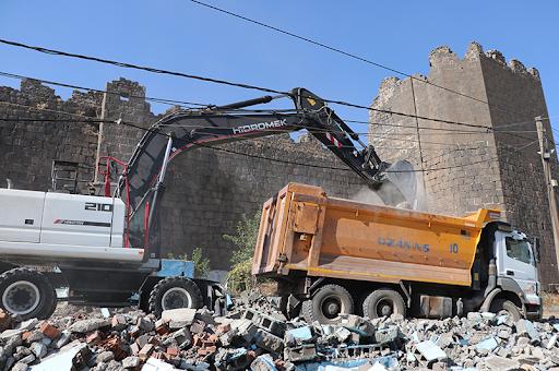 Տիգրանակերտի պատմական պարիսպներու շրջակայքին ապօրինի կառուցուած տնակները կը քանդուին