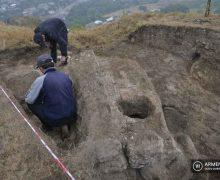 Տավուշի բերդի պեղումների ընթացքում հայտնաբերվել է խեցեղեն, տապանաքարեր ու հնգատող արձանագրություն