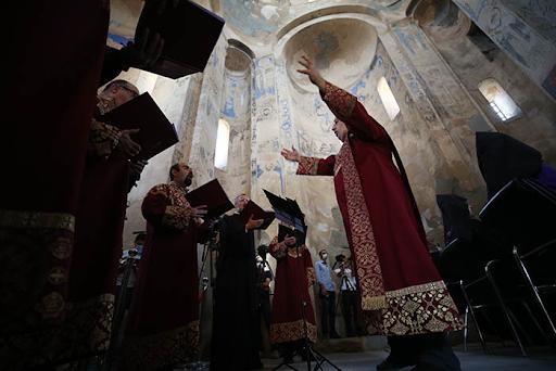 Batı Ermenistan'ın Van Gölü'ndeki Ahtamar Adası'nda bulunan kilisede 8'incisi düzenlenen ayin başladı