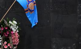 (Eastern Armenian) Արևմտյան Հայաստանի դրոշը Ցեղասպանության Զոհերի Հուշահամալիրում - 24.04.2015
