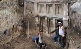 (Eastern Armenian) Անթալիոյ մէջ 2400 տարուան դամբարան յայտնաբերուած է